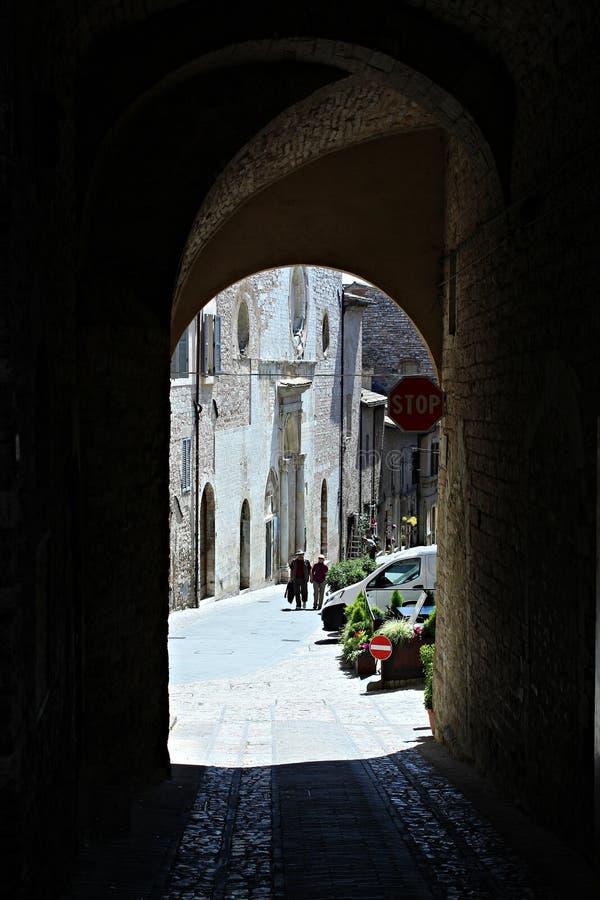 Italien Umbria, Spello: Gammal gata arkivbilder