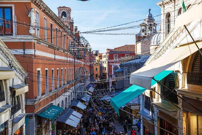 Italien Venedig, Februari 25, 2017 en gata i Venedig med mycket arkivbild