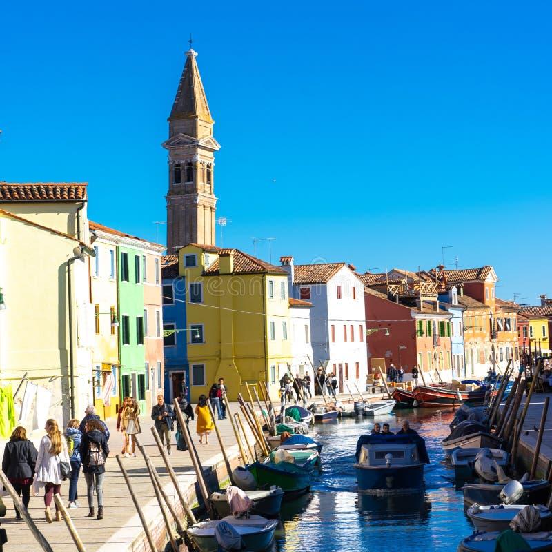 ITALIEN, Venedig, Handelszentrum 2019 - Landschaftsbunte Häuser und schmale Kanäle in Burano-Insel lizenzfreies stockfoto