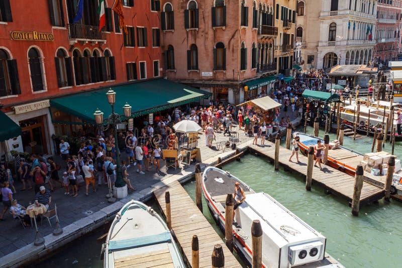 ITALIEN VENEDIG - JULI 2012: Folkmassa av turisten nära Grand Canal på Juli 16, 2012 i Venedig. Mer än 20 miljon turister kommer t royaltyfri fotografi