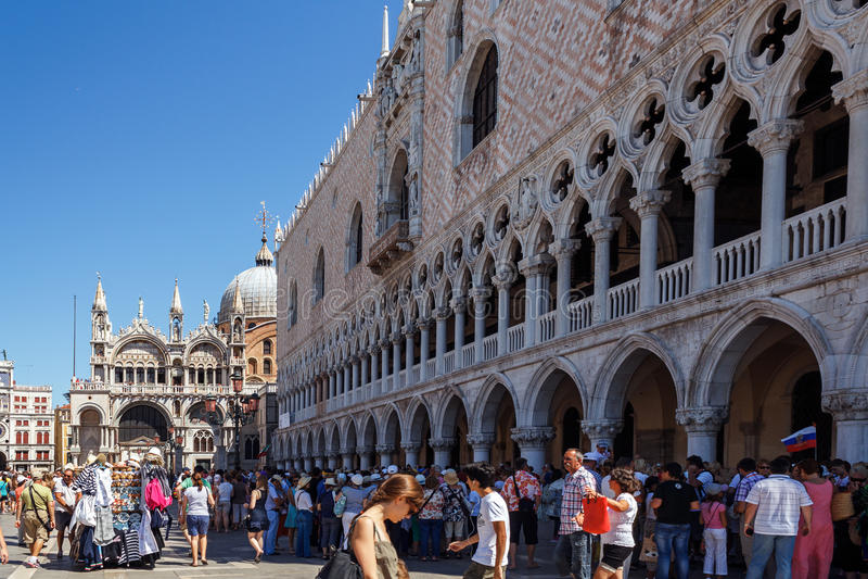 ITALIEN VENEDIG - JULI 2012: St Marco Square med folkmassan av turisten på Juli 16, 2012 i Venedig. St Marco Square är det störst  fotografering för bildbyråer