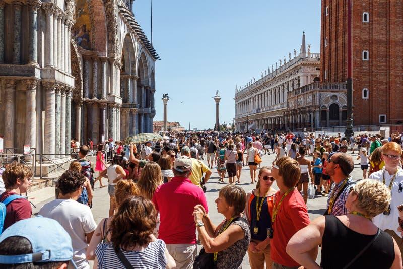 ITALIEN VENEDIG - JULI 2012: St Marco Square med folkmassan av turisten på Juli 16, 2012 i Venedig. St Marco Square är det störst  royaltyfri foto
