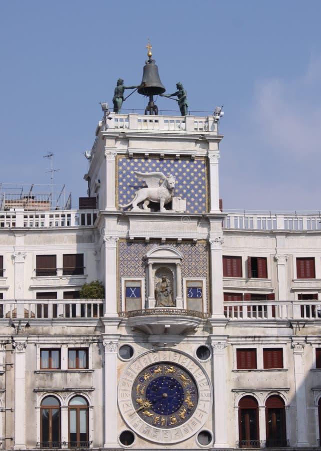 Italien Venedig St Mark Turm mit Löwe und Uhr lizenzfreie stockfotos