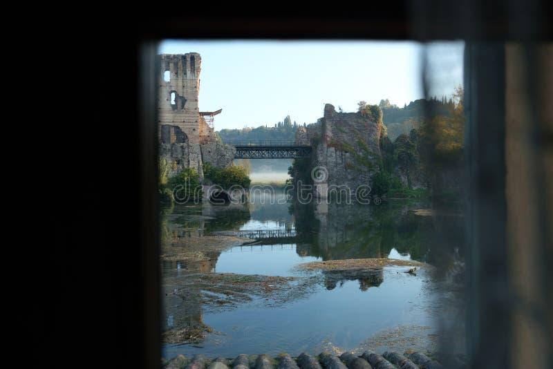 Italien verona, borghettosulmincio, sikt av den Visconti bron från inre ett hus arkivfoton
