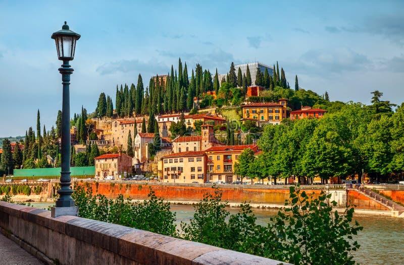 Italien Verona gammalt italienskt hus på runda kullen fotografering för bildbyråer