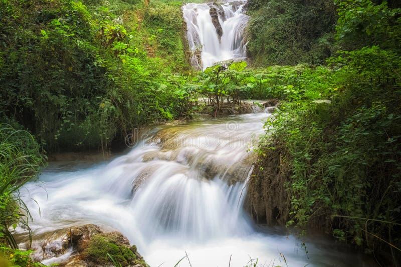Italien Wasserfall im Landhaus Gregoriana in Tivoli stockfotos