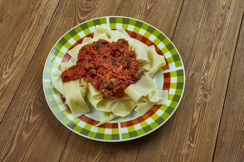 Italienare bräserad grisköttskuldra Ragu royaltyfri fotografi