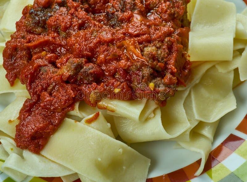 Italienare bräserad grisköttskuldra Ragu arkivfoton