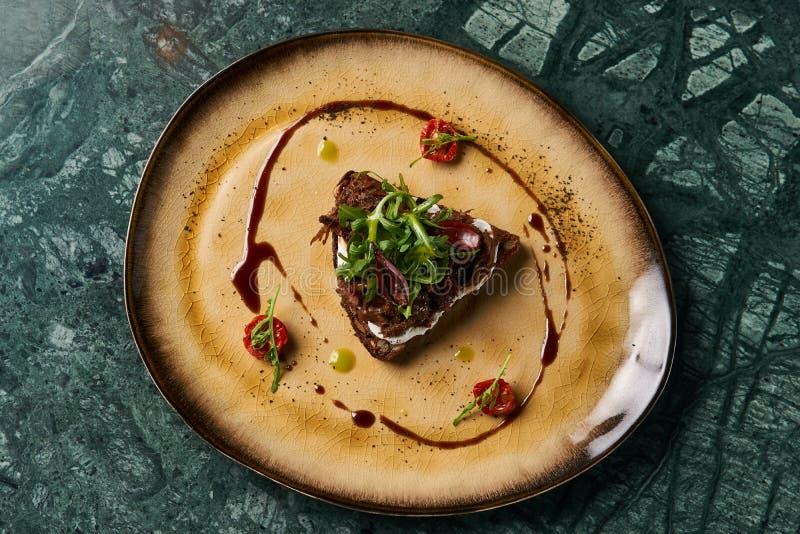 Italienare Bruschetta med lammnötkött arkivbild