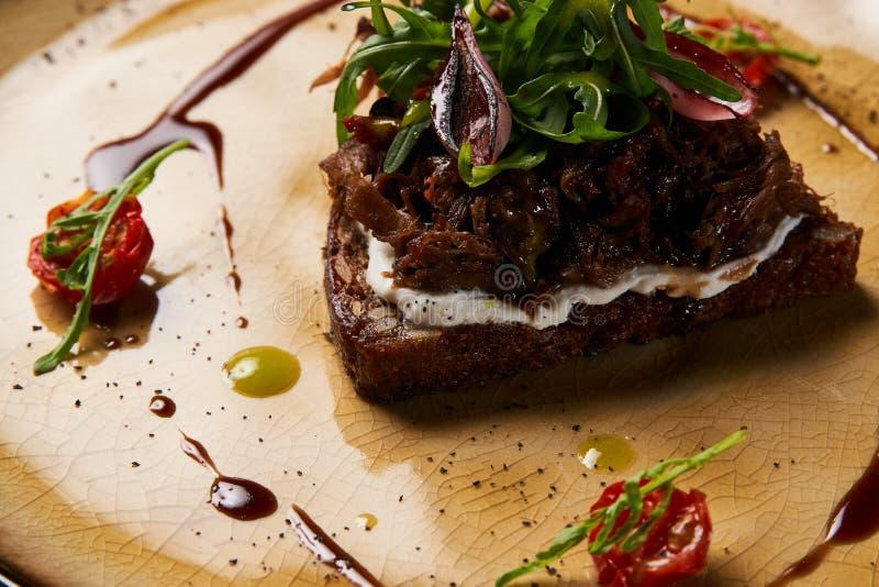 Italienare Bruschetta med lammnötkött fotografering för bildbyråer
