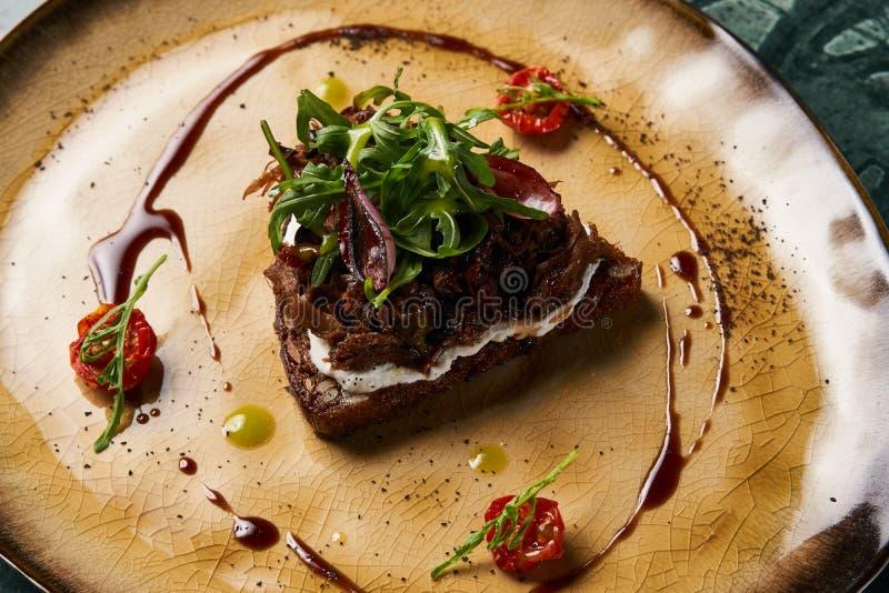 Italienare Bruschetta med lammnötkött arkivbilder