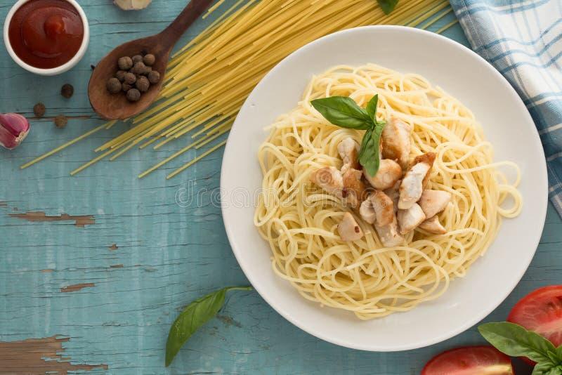 Italienare chiken pasta, spagetti med basilik, tomat Vegetarisk grönsakpasta arkivbilder