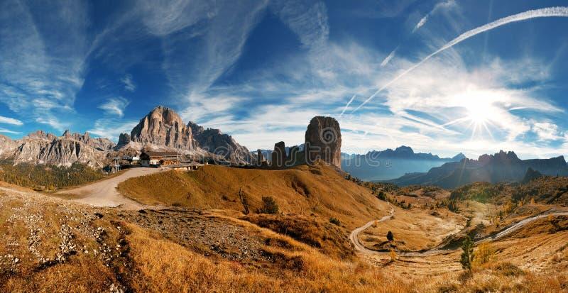 Italienare Dolomiti - trevlig pamoramic sikt royaltyfria bilder