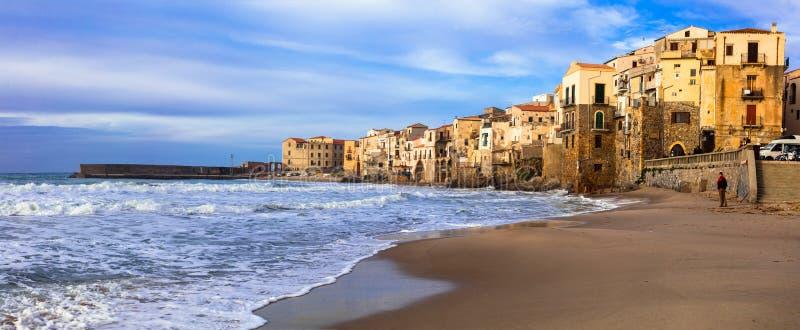 Italienare semestrar - den härliga kuststaden Cefalu i Sicilien arkivbilder