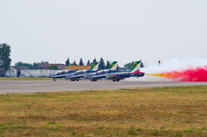 ItalienareFrecce Tricolori bildande på Radom Airshow, Polen royaltyfri fotografi