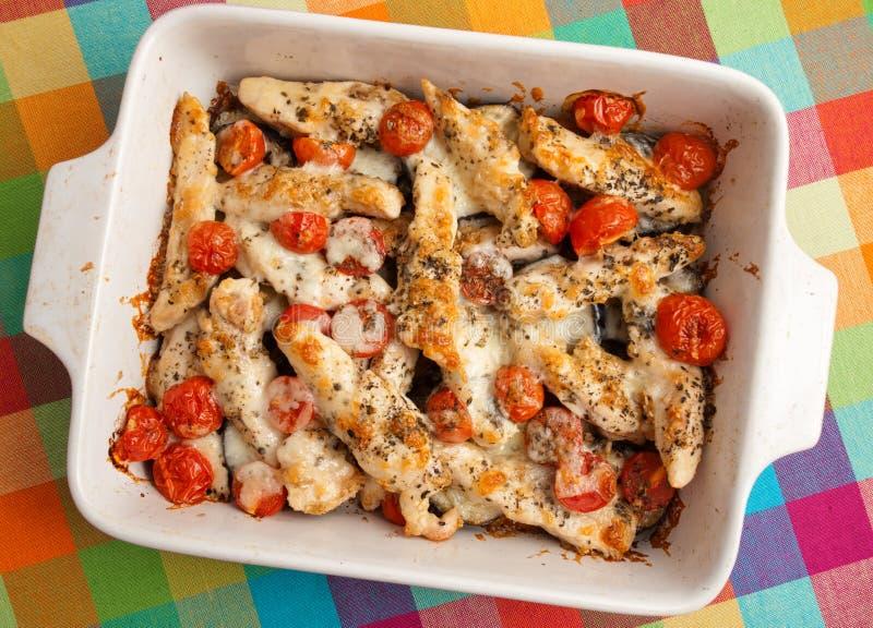 Italienarehöna bakar med mozzarellaen arkivbild