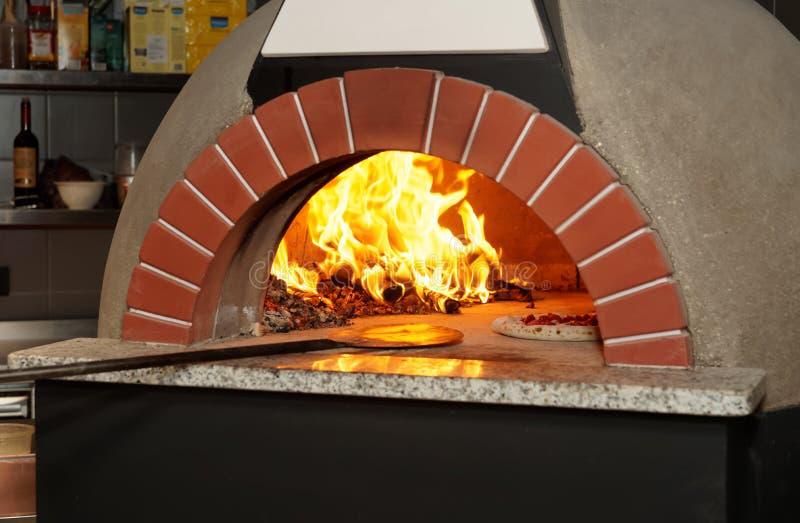 Italiener Holz-abgefeuerter Pizzaofen stockbilder