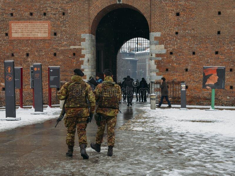 Italienische Armeesoldaten halten Wachsamkeit an Mailand-` s Castello Sforzes stockbild