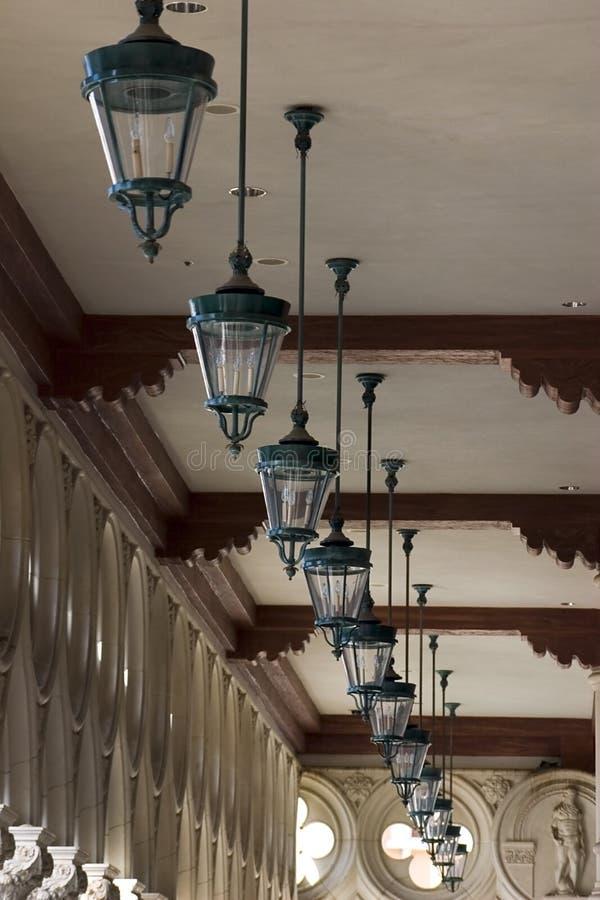 Italienische Art-Decken-Lampen in einer Reihe in venetianischem, Las Vegas stockfoto