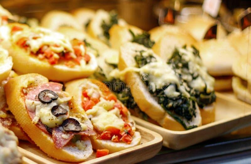Italienische Bäckerei auf Regal des Shops stockfoto