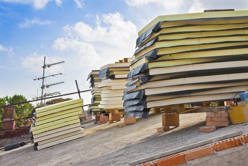 Italienische Baustelle mit den Dachwärmedämmungs- und -polystyrenplatten bedeckt mit der wasserdichten Membran stockbilder