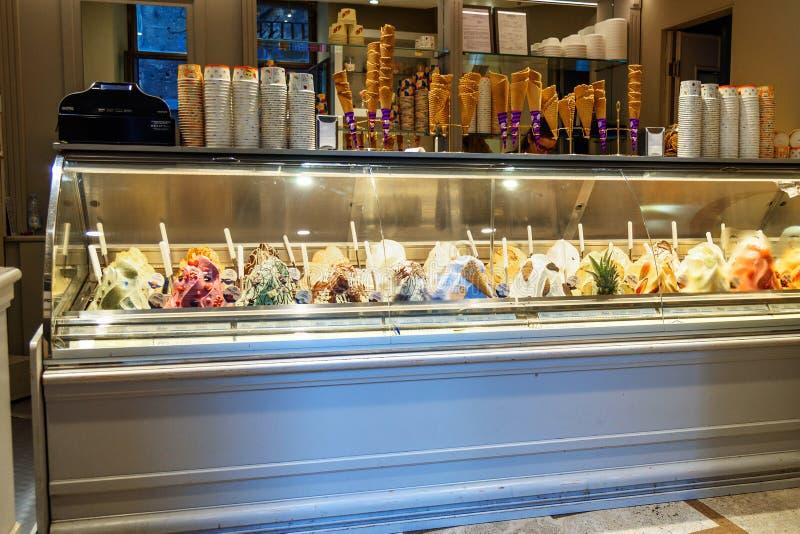Italienische Eisdiele Zähler mit unterschiedlicher Vielzahl der Eiscreme in Siena Ittaly lizenzfreie stockfotografie