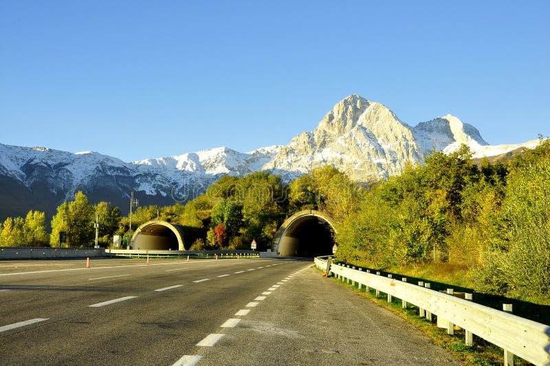 Italienische Fahrbahn mit Mountain Viewen. lizenzfreie stockbilder