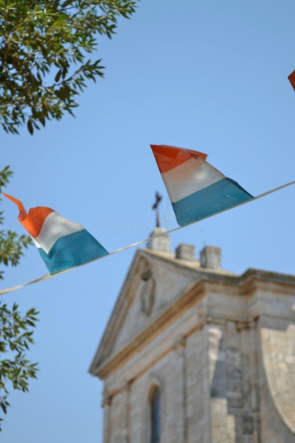 Italienische Flagge, die in der Brise durchbrennt lizenzfreie stockbilder