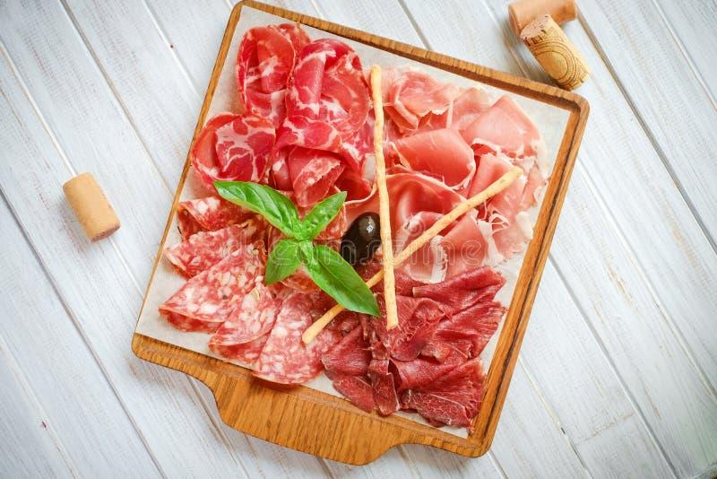 Italienische Fleisch Antipasti eingestellt auf Holzoberflächen lizenzfreie stockfotos