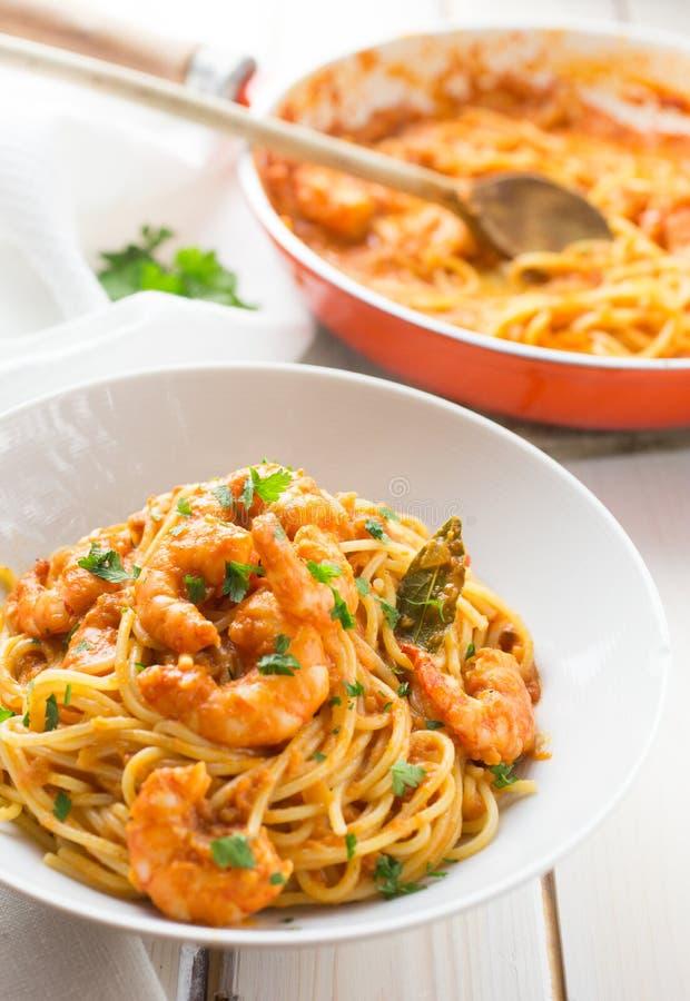 Italienische Garnele und Tomatensauceteigwaren stockfoto