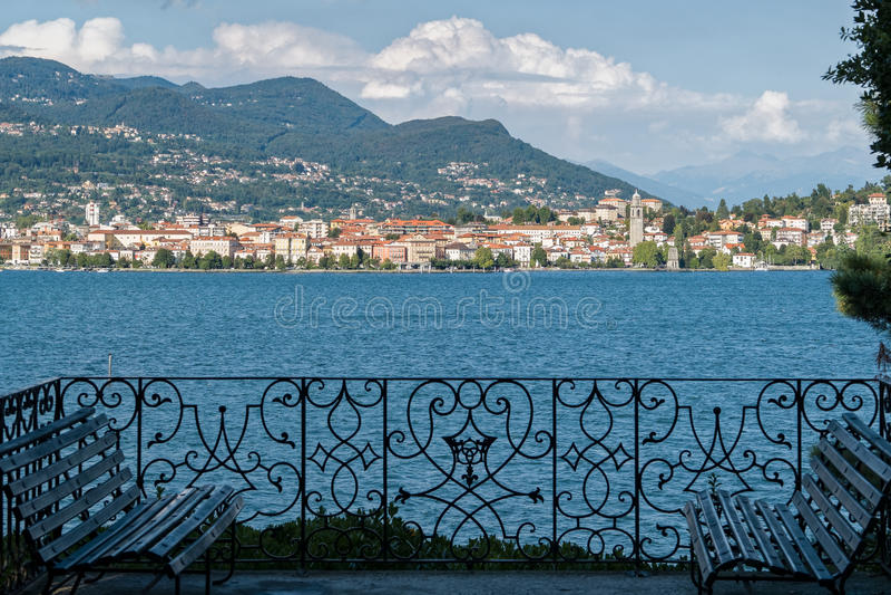 Italienische Garten-Terrasse mit Seeblick lizenzfreie stockfotos