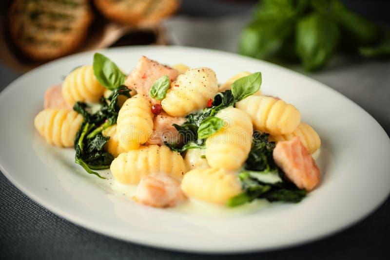 Italienische Gnocchiteigwaren mit Lachs- und frischem Basilikum stockbild