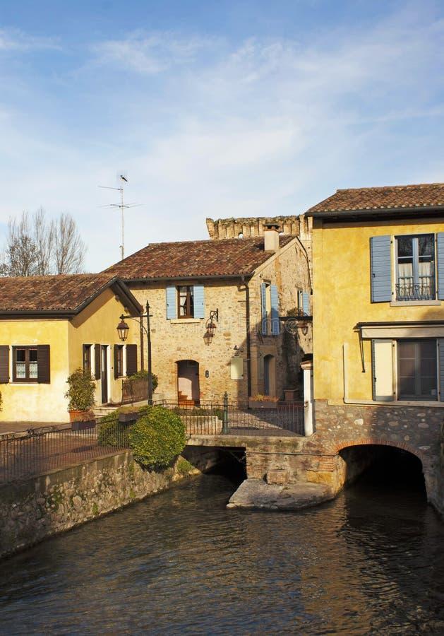Italienische Häuser über Fluss. stockbild