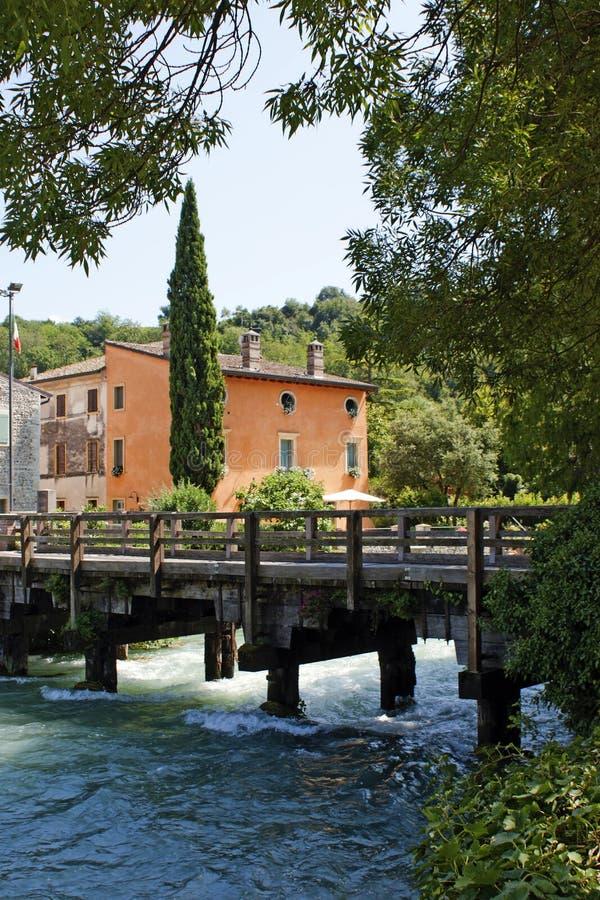 Italienische Häuser über Fluss stockfotografie