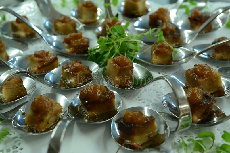 Italienische Küche begleitet von der Huhnsoße stockfotos