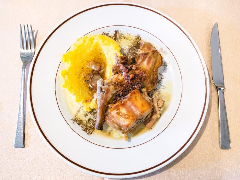 Italienische Küche - Draufsicht des Kaninchens mit Polenta stockfotos