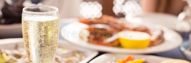 Italienische Küche Glas prosecco und Vielzahl von Meeresfrüchten lizenzfreies stockfoto