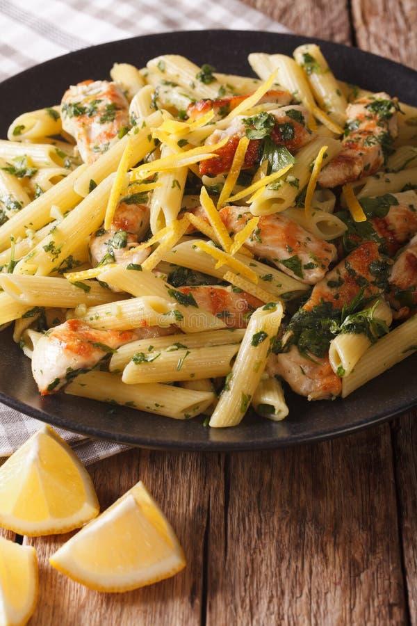 Italienische Küche: Teigwaren Mit Huhn, Frische Kräuter Und Zitrone ...