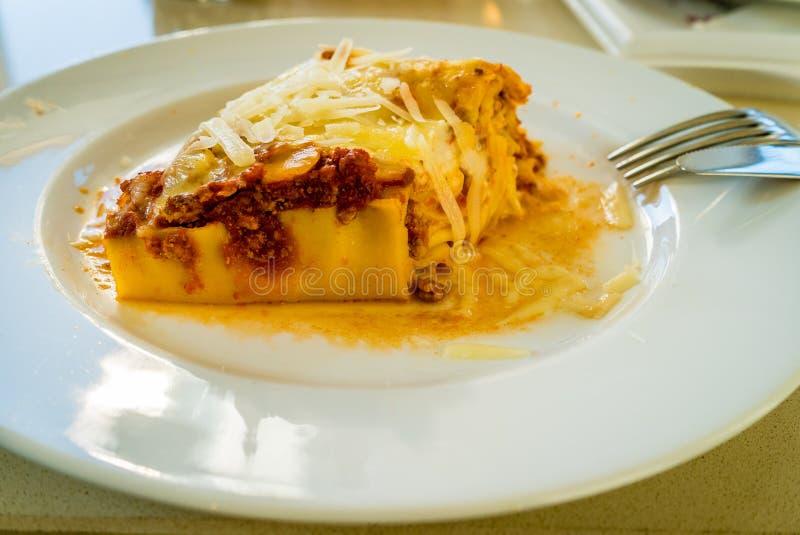 Italienische Lasagne auf Platte stockfotos