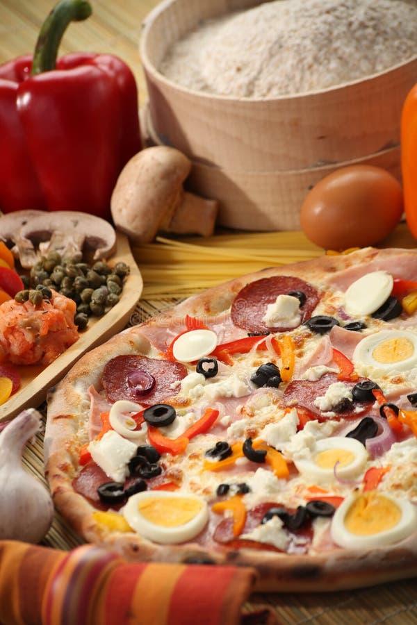 Italienische Lebensmitteleinstellung mit Pizza stockbilder