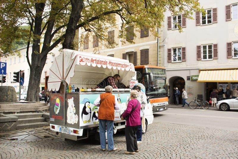 Italienische Leute- und Ausländerreisende, die Eiscreme vom Lebensmittel-LKW kaufen lizenzfreie stockfotografie