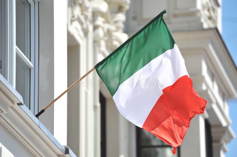 Italienische Markierungsfahne auf Gebäude stockfotos
