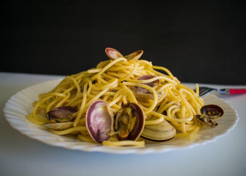 ITALIENISCHE MUSCHELN SPAGHETTIS WHIT-A stockbild