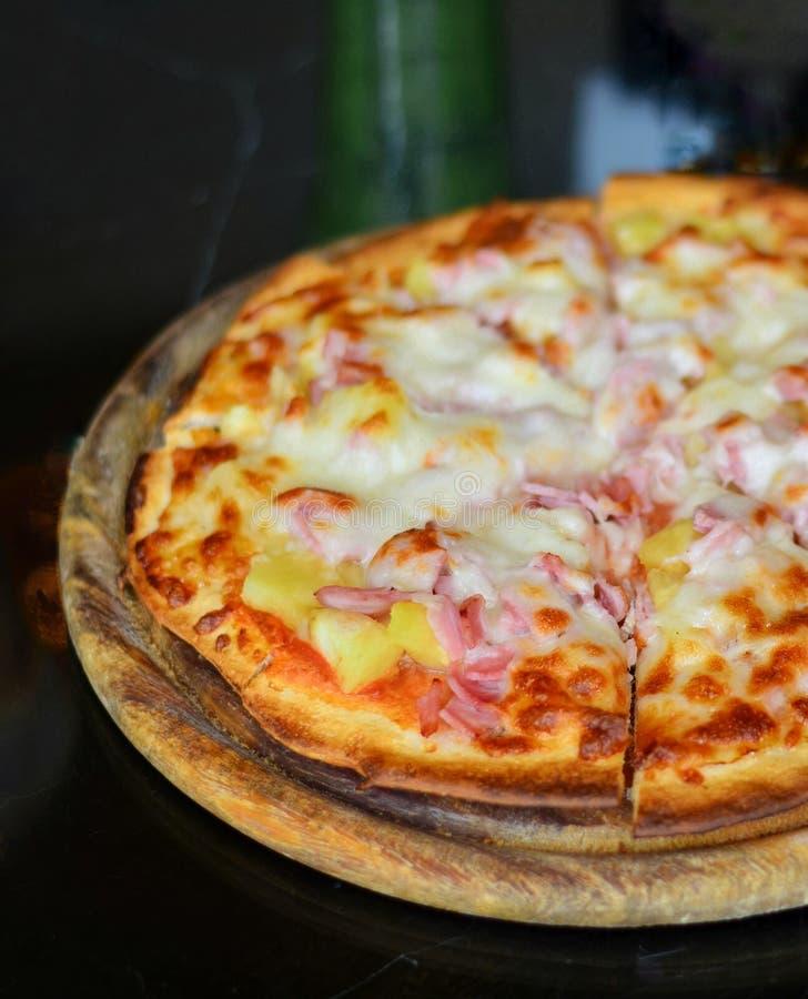 Italienische Nahrung Köstliche Pizza und gedient auf hölzerner Servierplatte mit, nahe hohe Ansicht stockfotos
