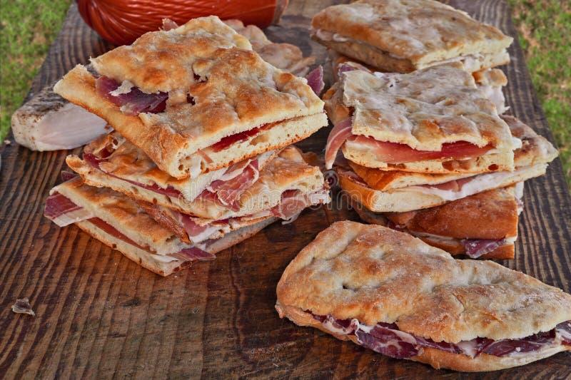 Italienische Nahrung: traditionelles focaccia gefüllt mit Schinken oder Schweinswurst lizenzfreie stockfotografie