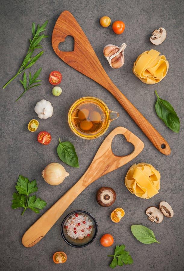 Italienische Nahrungsmittel Konzept und Menüdesign Fettuccine mit hölzernem SP stockfoto