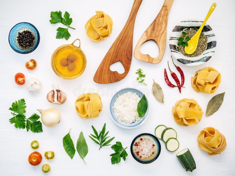 Italienische Nahrungsmittel Konzept und Menüdesign Getrockneter Fettuccine mit flehen an lizenzfreies stockfoto