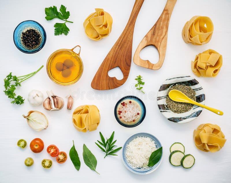 Italienische Nahrungsmittel Konzept und Menüdesign Getrockneter Fettuccine mit flehen an stockfotos