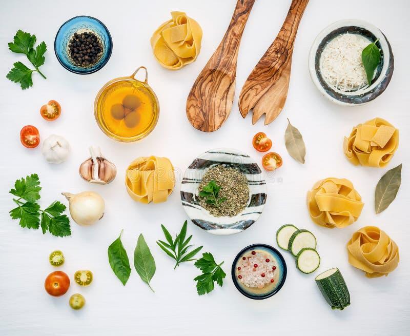 Italienische Nahrungsmittel Konzept und Menüdesign Getrockneter Fettuccine mit flehen an lizenzfreie stockbilder