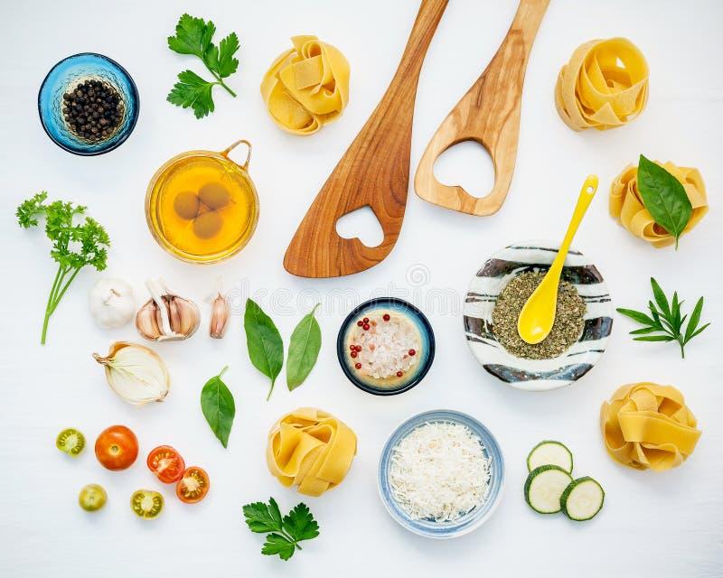 Italienische Nahrungsmittel Konzept und Menüdesign Getrockneter Fettuccine mit hea lizenzfreie stockfotos